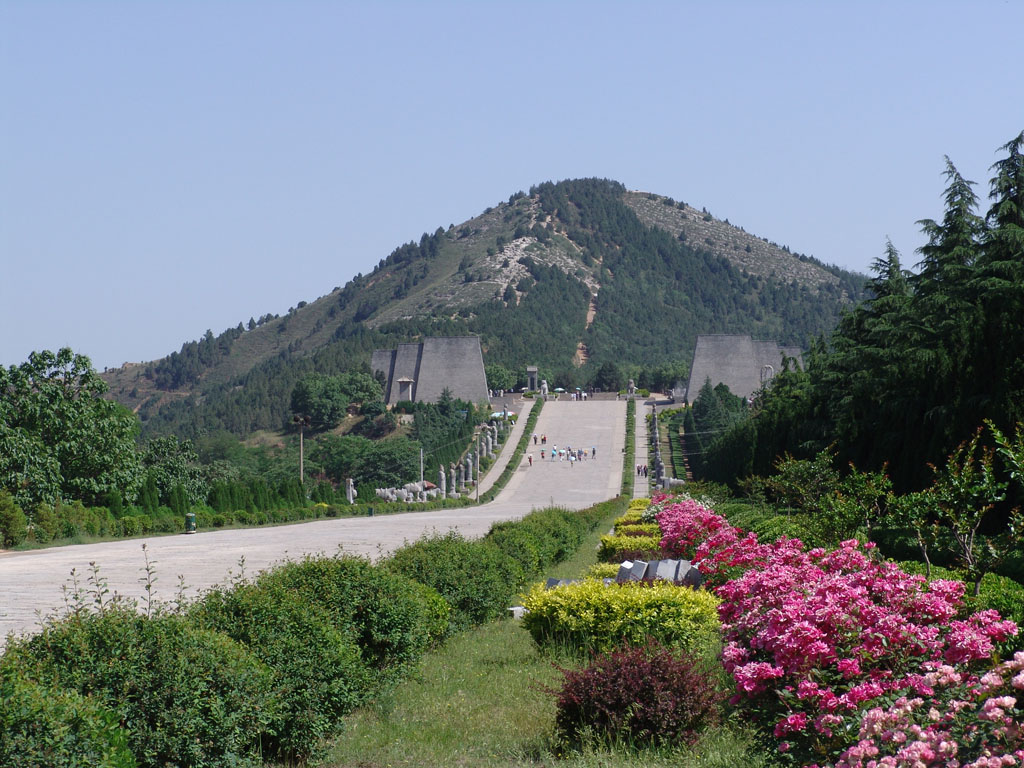 emperor shi huangdis tomb The tomb, 40 miles from the city of xian in northwestern china,  wrote in the  second century bc, within decades of qin shihuangdi's death.